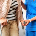 Костыли после эндопротезирования тазобедренного сустава: сколько ходить?